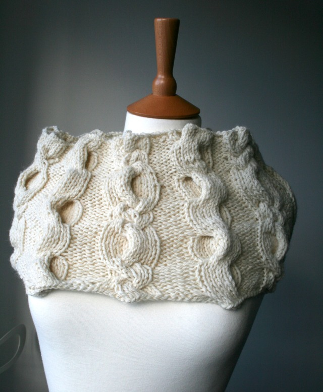 Aran cable cowl by Luz Patterns.com 04