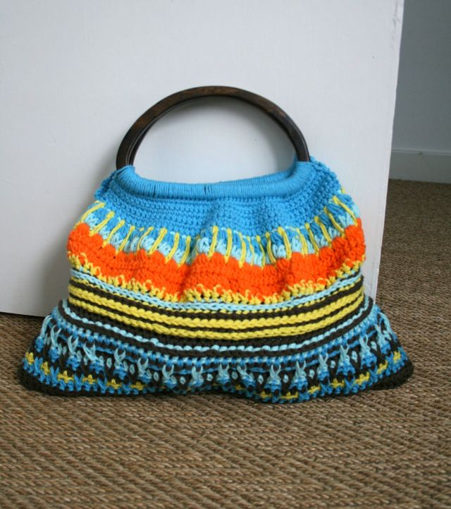 LuzPatterns.com wooden handle crochet bag #crochetpurse #ganchillo
