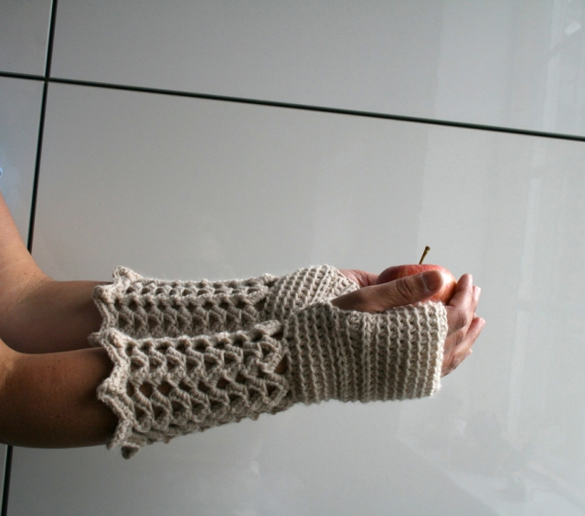 LuzPatterns.com winter lace fingerless gloves 1