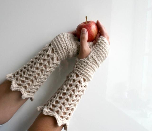 LuzPatterns.com winter lace fingerless gloves 2
