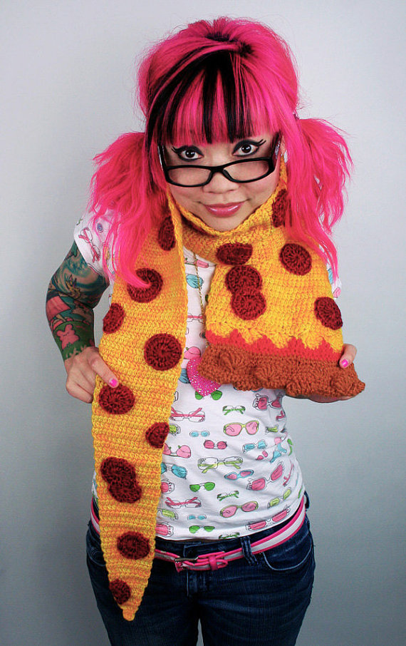 LuzPatterns.com Crocheted pizza scarf by Twinkie Chan